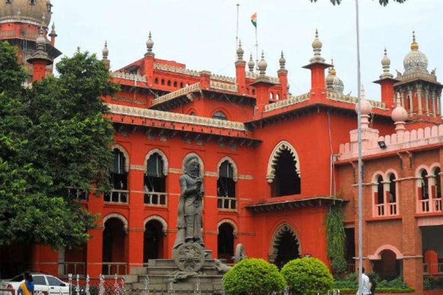लोगों ने पानी में खड़े होकर किया मद्रास हाई कोर्ट के फैसले का विरोध