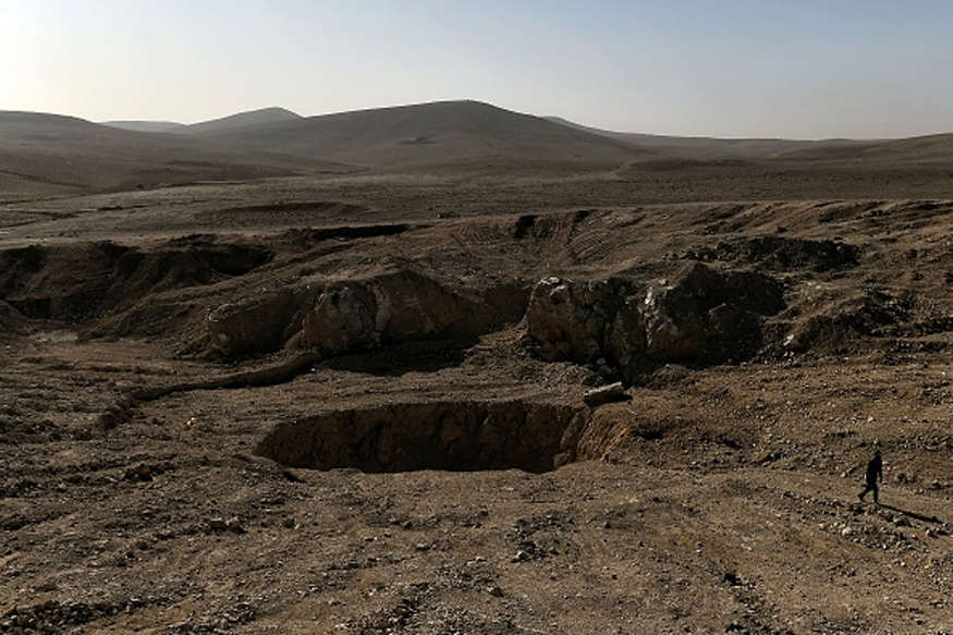 मोसुल के नजदीक मिला विशाल गड्ढा, ISIS ने हजारों की हत्या कर यहां फेंके शव