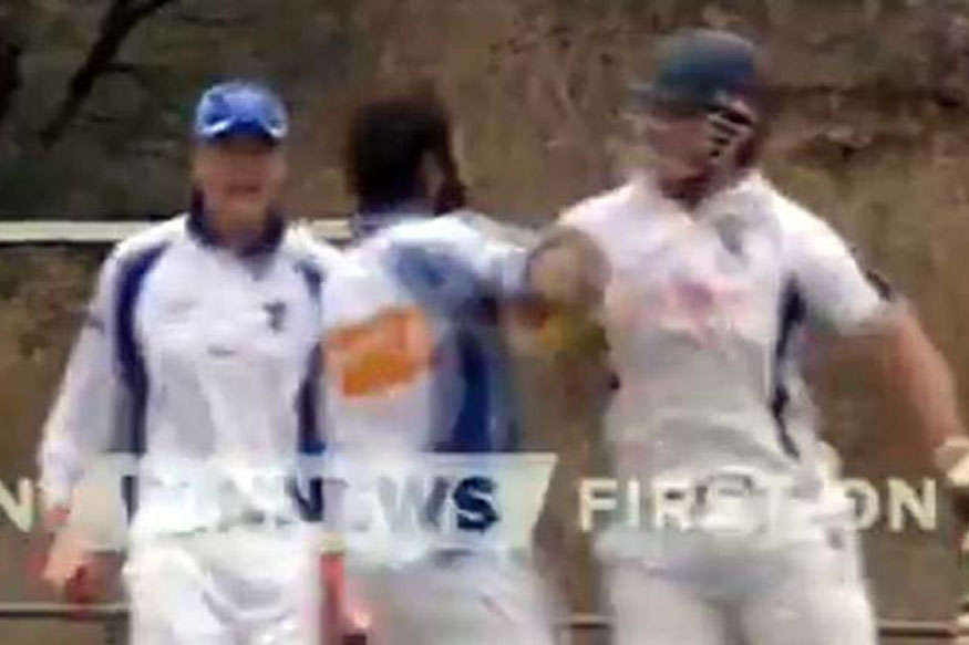 VIDEO: लाइव मैच में भिड़े क्रिकेटर, मैदान पर जमकर हुई धक्का-मुक्की