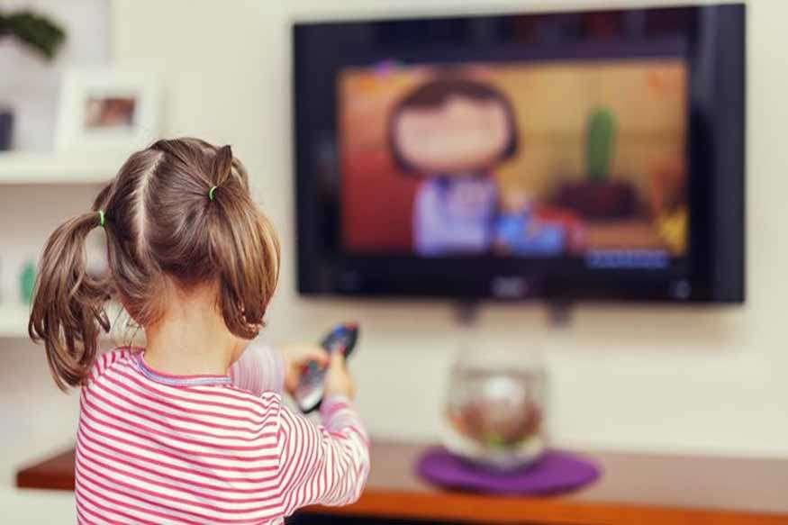 क्या आप के बच्चे भी देखते हैं तीन घंटे से ज्यादा टीवी? तो ये है खतरे की घंटी
