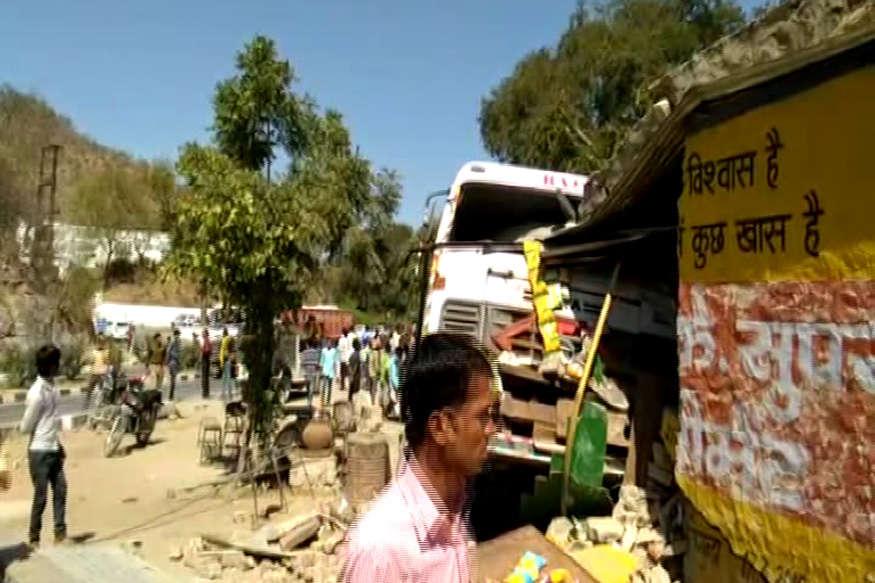 तेज रफ्तार ट्रोला चाय की दुकान में जा घुसा, 3 लोगों की दर्दनाक मौत
