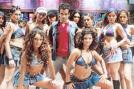 In the film, police thinks Tusshar is a serial killer and rapist. As they have no proof against him, they send a lady police officer to stay with him.