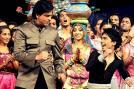 Bollywood Badshah Shah Rukh Khan learns a few steps from a contestant.