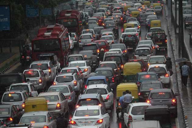 Heavy showers lash Delhi, traffic hit - News18