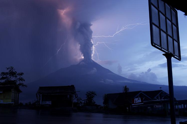 24 awe inspiring photos of lightning from around the world that