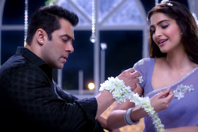 """my favourite bollywood film star Sonam and kareena star together in """"veere di wedding"""",  at the film's trailer launch here on wednesday,  bollywood kareena is my favourite hero: sonam kapoor."""