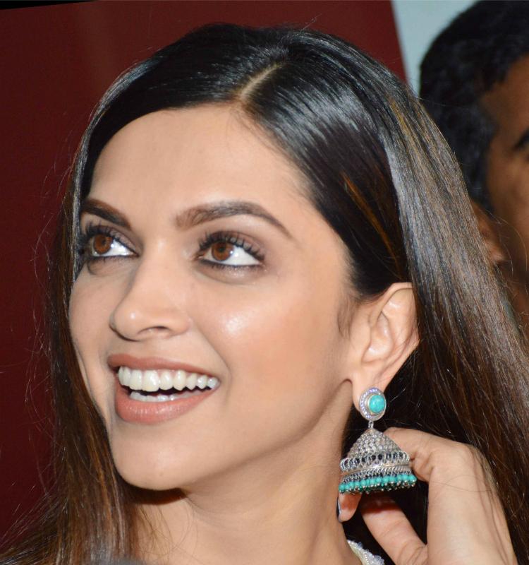 Look of the day: Deepika Padukone puts an elegant display ...