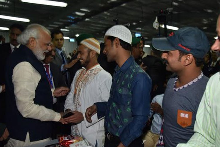 PM breaks bread with Indian  construction workers in Saudi Arabia - IBNLive