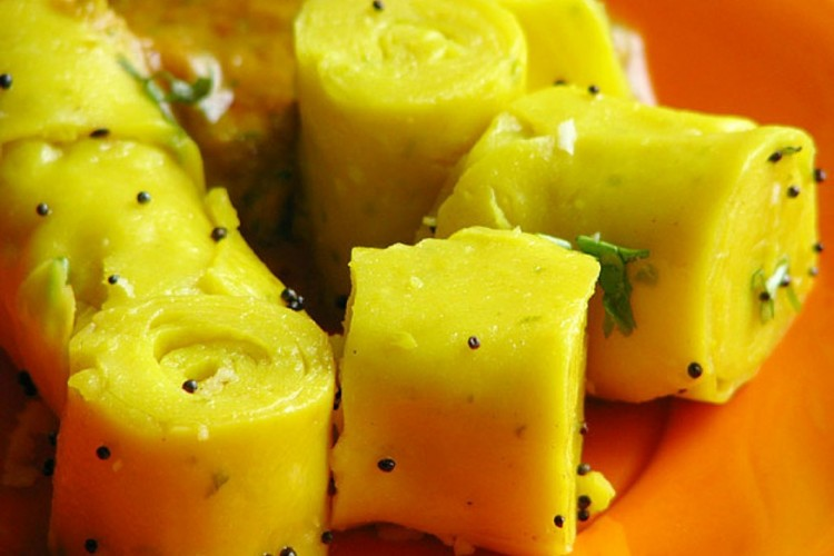 Khandvi,_Gujarati_snack