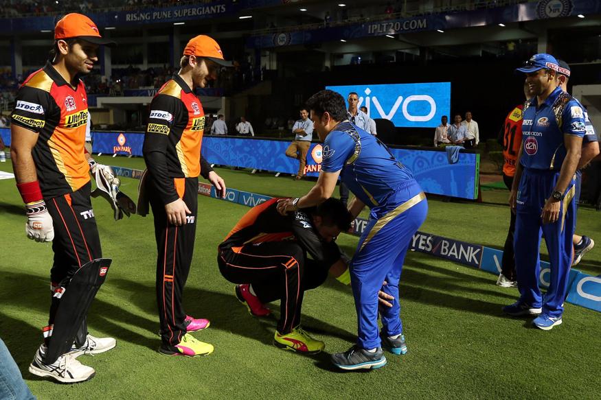 IPL 2016: When Yuvraj Touched the Feet of Cricket's Demi-God Sachin ...