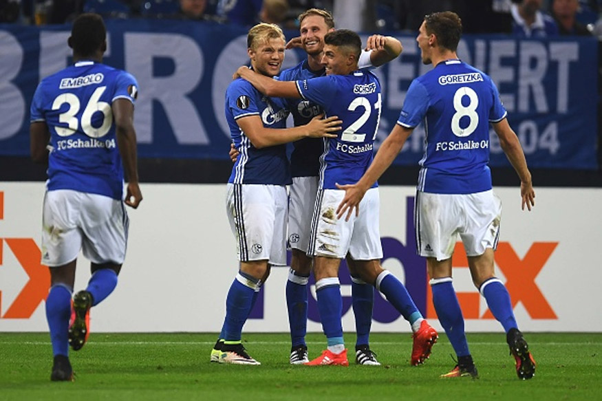 Schalke's defender Benedikt Hoewedes (C) and his teammates celebrate during the UEFA Europa League first-leg football match between Schalke 04 and FC Salzburg at the Arena AufSchalke in Gelsenkirchen, western Germany on September 29, 2016. ( Getty images )