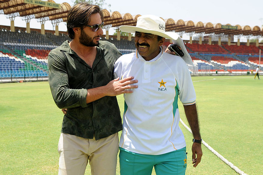 Pakistani cricket captain  Shahid Afridi shares a light moment with Pakistani Cricket Board (PCB) director Javed Miandad. (Getty Images)