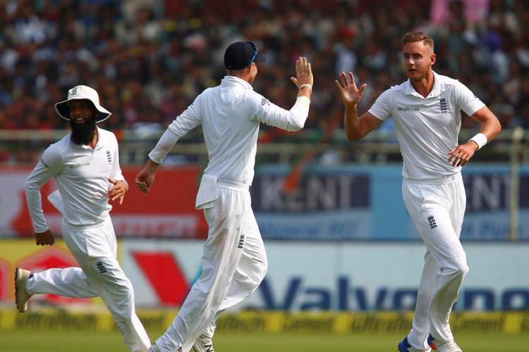 Broad suffers foot injury in second Test