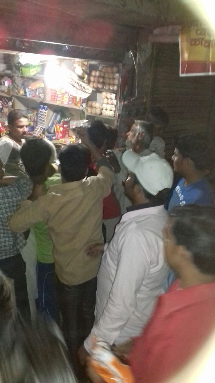 People queue up outside a shop in Uttar Pradesh to buy salt later on Friday. (Photo: Akhilesh Rastogi)
