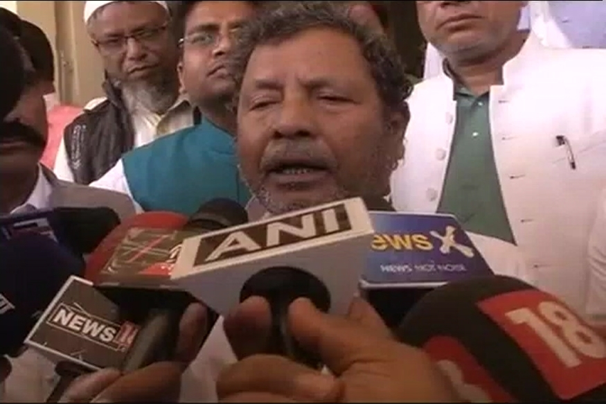 Bihar minister asks crowd to beat pm modi 39 s picture with for Abduls indian bengali cuisine