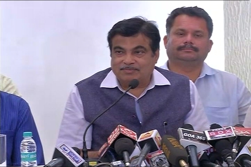 Gadkari Encourages Citizens to Click Pics of Illegally Parked Cars, Promises Reward