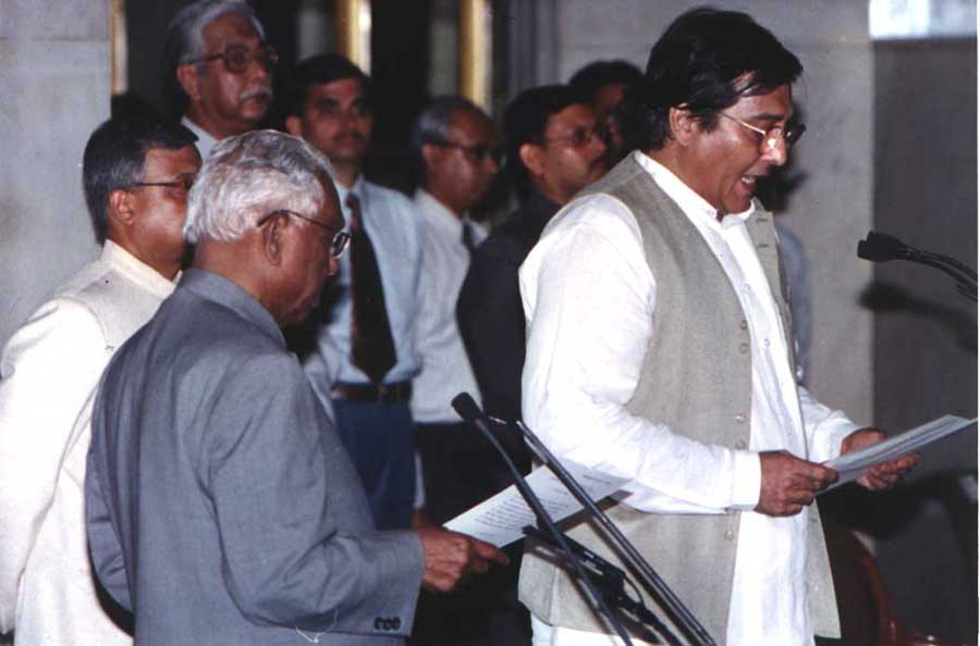 Then President KR Narayanan administering the oath of office of the Minister of State to Vinod Khanna  on July 1, 2002.