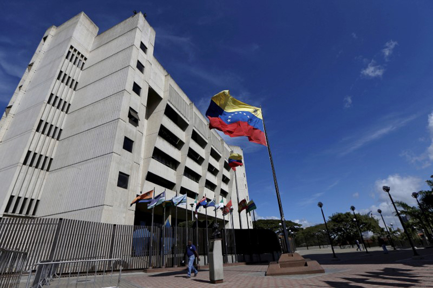 Venezuelan President Claims Supreme Court Attacked by Police Helicopter