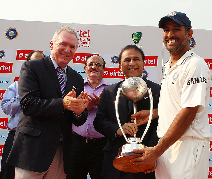 Allan Border and Sunil Gavaskar present the Border Gavaskar trophy to MS Dhoni of India during day 3 of the 4th Test Match between India and Australia held at the Feroz Shah Kotla stadium in Delhi. (Getty Images)