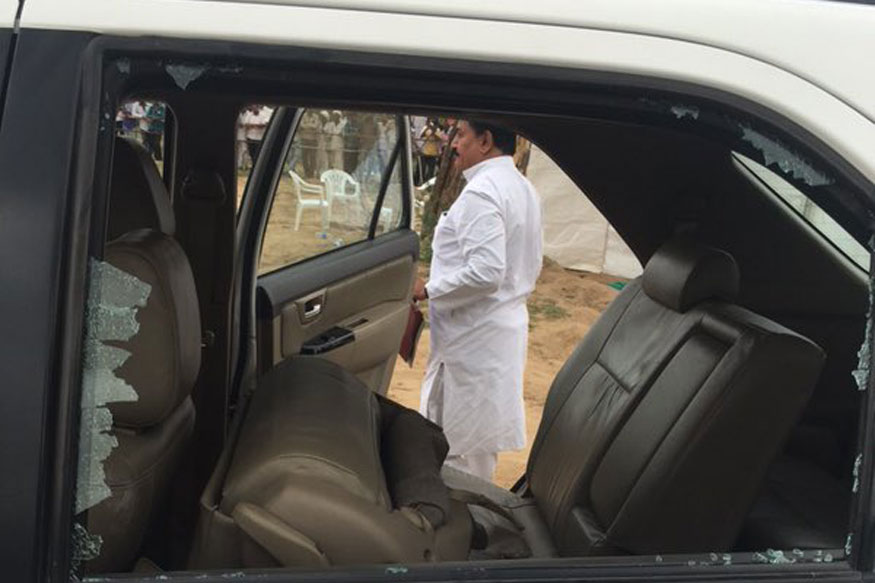 Rahul Gandhi's auto pelted with stones in Gujarat