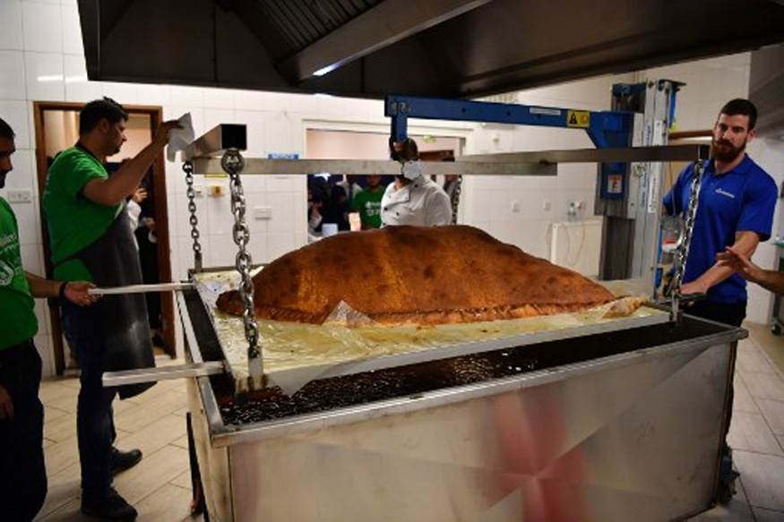 Muslim Aid Volunteers Break World Record for Largest Samosa in London