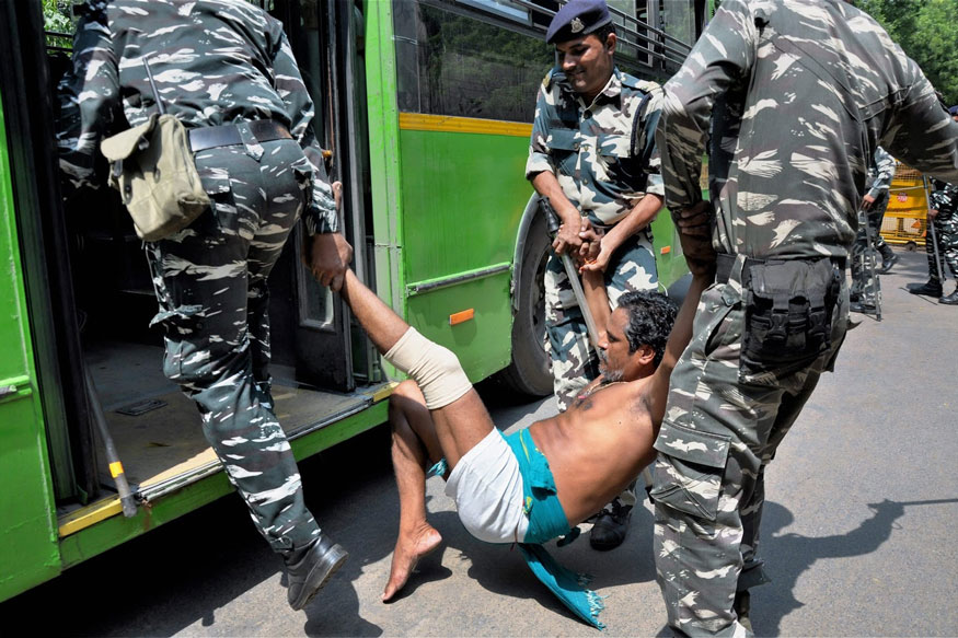 New Delhi: Security personnel detain a Tamil Nadu farmer during a demonstration for loan waiver and drought-relief package, at Jantar Mantar in New Delhi on Friday. (Image: PTI)