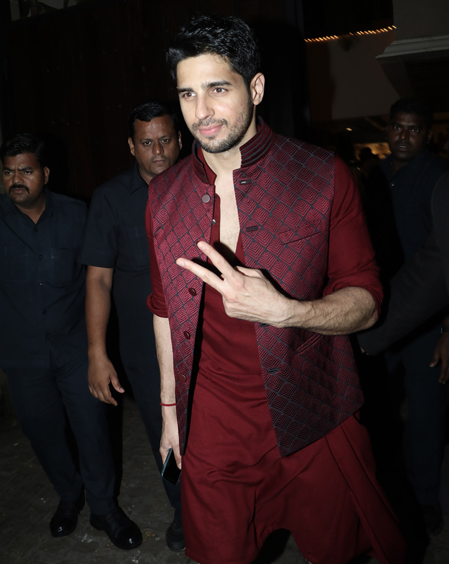 Siddharth Malhotra makes a stylish entry at Anil Kapoor's Diwali party hosted at his residence in Mumbai on October 19, 2017. (Image: Yogen Shah)