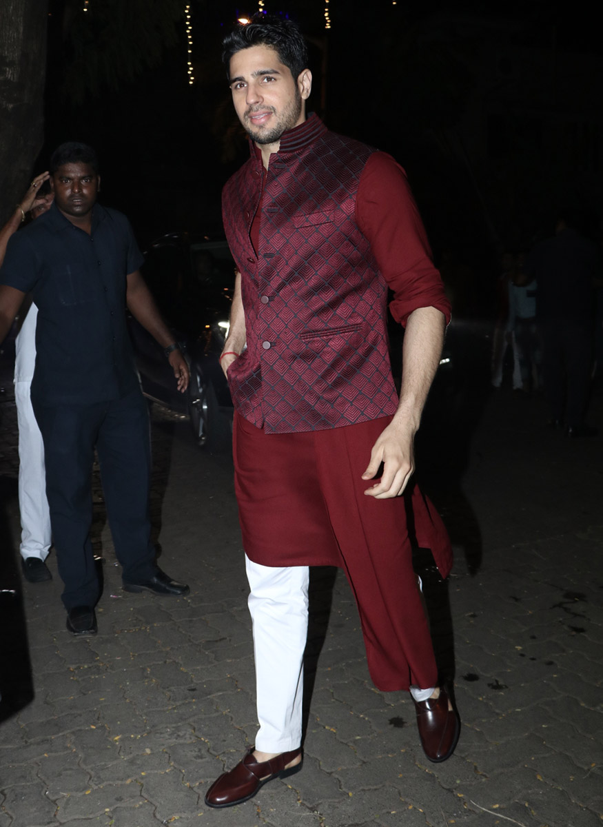 Siddharth Malhotra arrives in style for Anil Kapoor's Diwali party hosted at his residence in Mumbai on October 19, 2017. (Image: Yogen Shah)