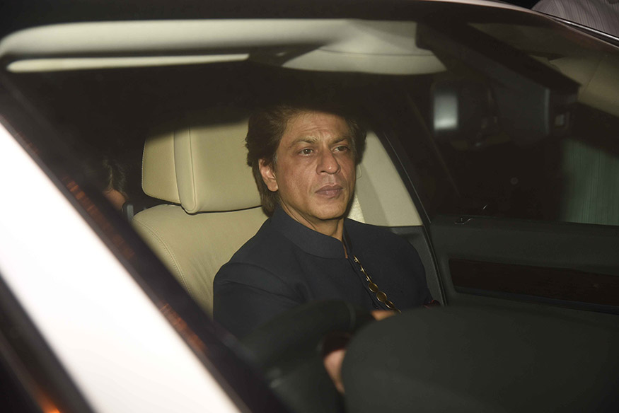 Bollywood superstar Shah Rukh Khan arrives for Anil Kapoor's Diwali party hosted at his residence in Mumbai on October 19, 2017. (Image: Yogen Shah)