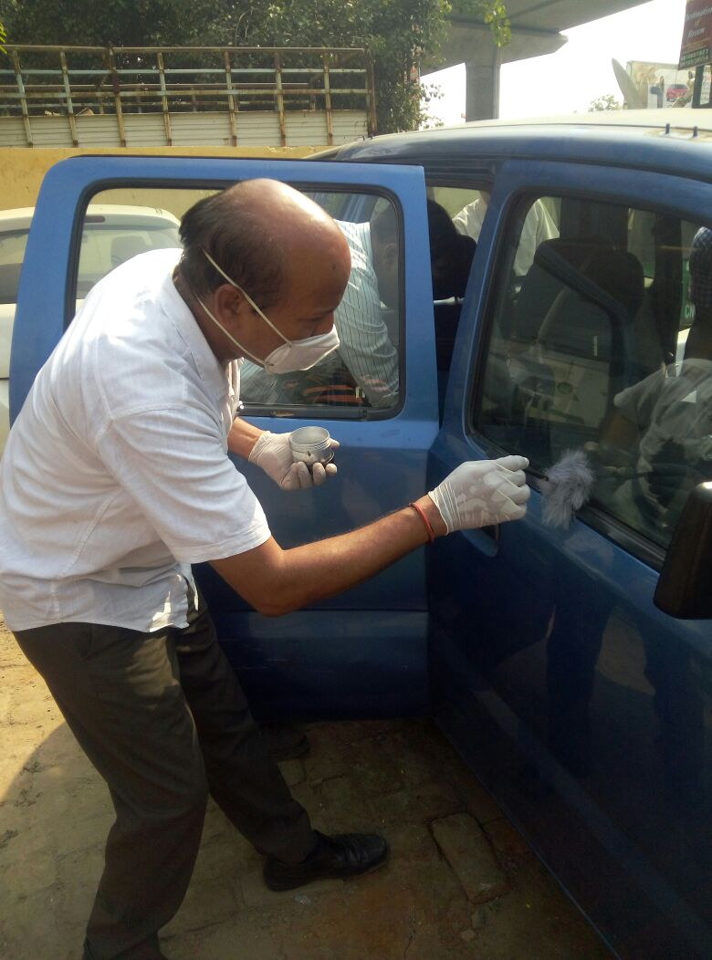 Forensic experts examining the car at Sahibabad Police Station in Ghaziabad. (Kamal Dev/Network18)