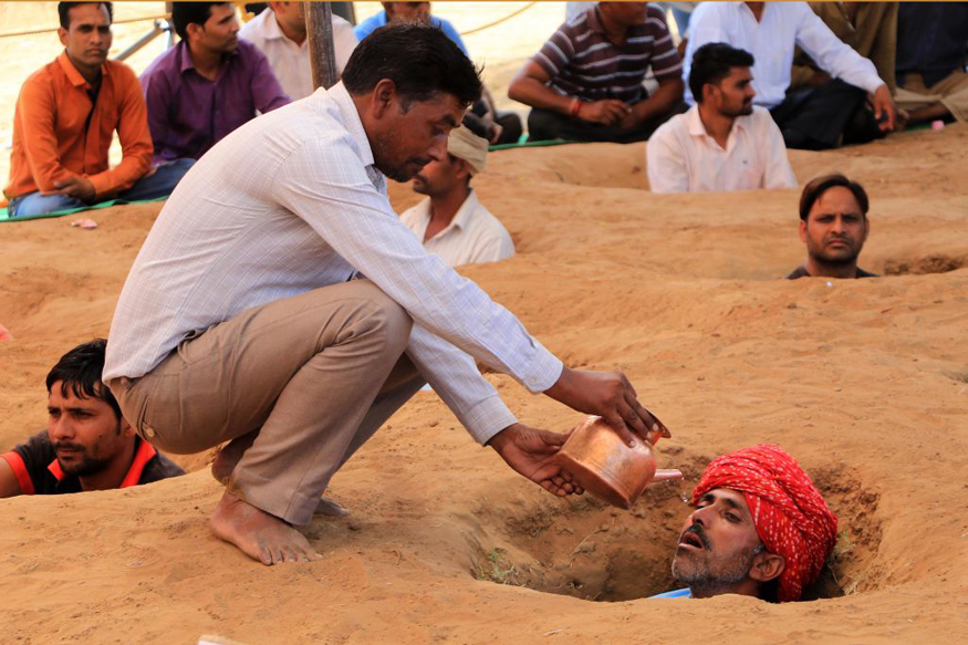 Protesting Farmers to Observe Diwali Sitting in Neck-deep Pits in Jaipur