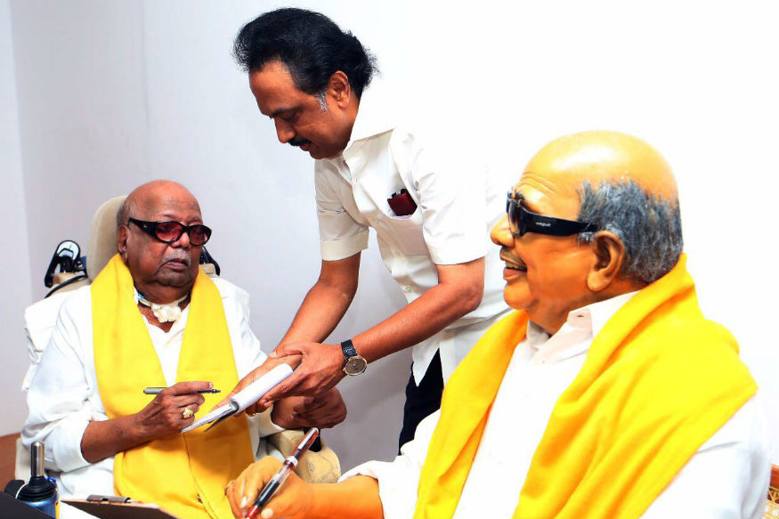 Karunanidhi Gives Rare 'Darshan' to DMK Cadre, Sets Off Comeback Buzz