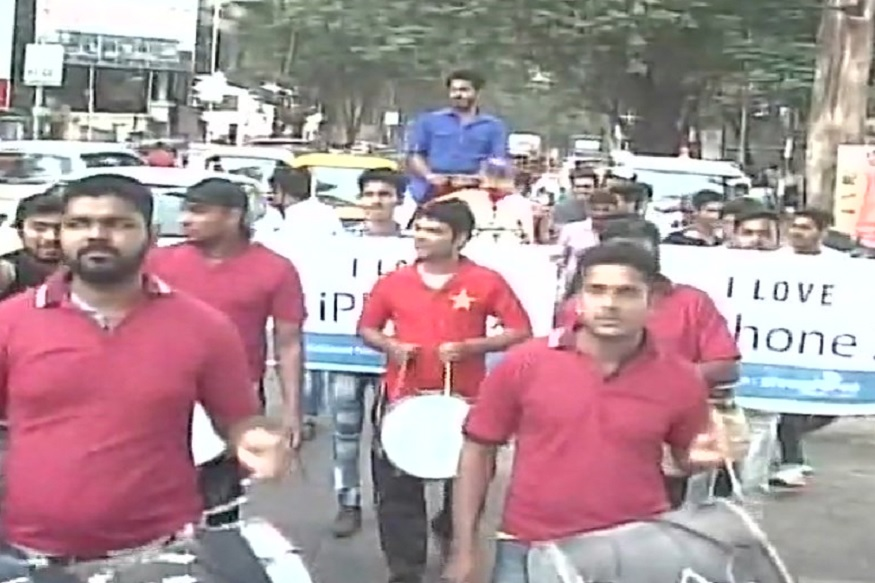 Apple iPhone X, iPhone X Launch Excitement, Thane iPhone X Procession