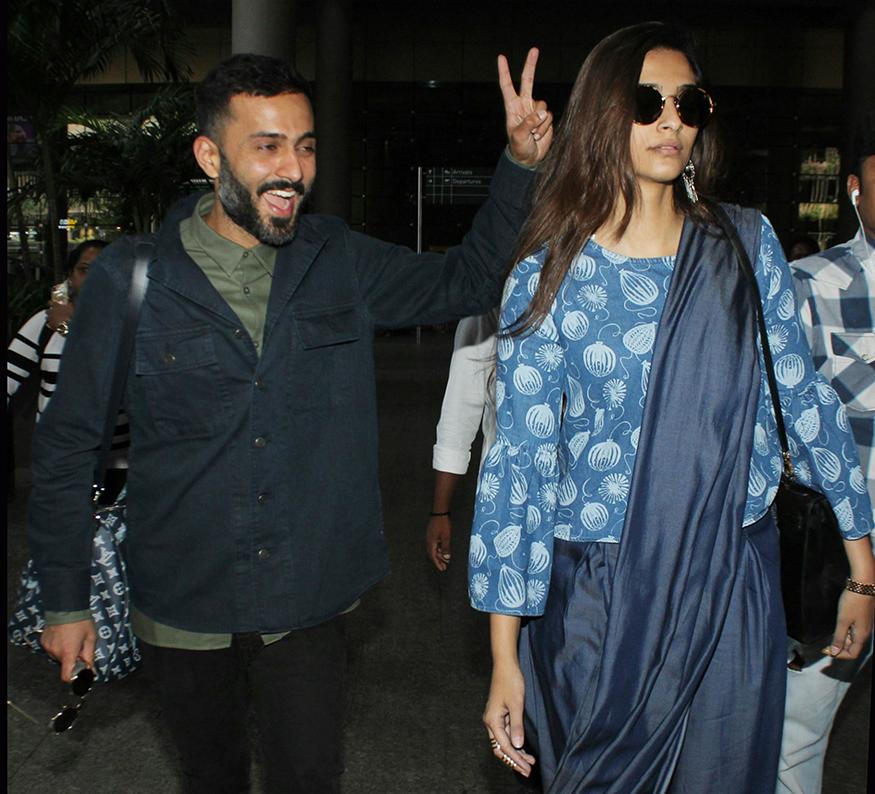 Sonam Kapoor and Anand Ahuja were spotted at Mumbai airport on November 22, 2017. (Image: Yogen Shah)