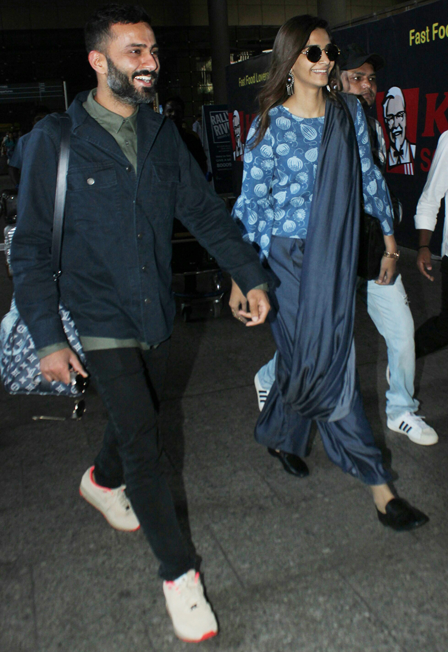 Bollywood actress Sonam Kapoor was spotted with rumoured beau Anand Ahuja at Mumbai airport on November 22, 2017. Reportedly, Sonam Kapoor accompanied Anand Ahuja to Singapore for a business event. (Image: Yogen Shah)