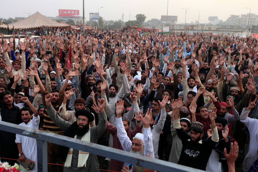 Pakistan Police Arrest Dozens From Islamist Party Blocking Entrance to Capital