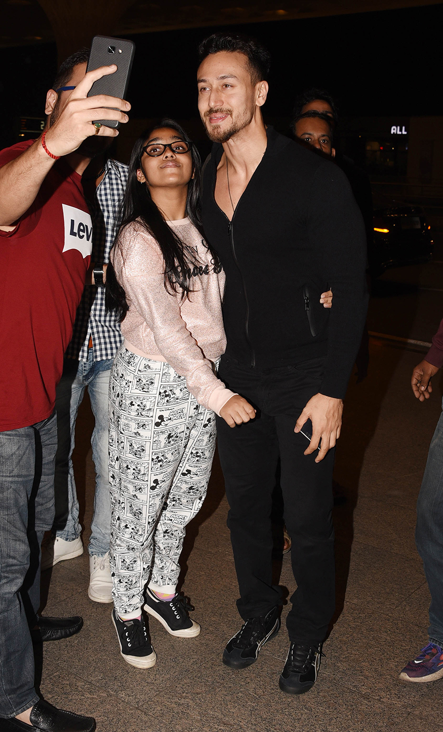 Tiger Shroff poses for a selfie with his fans at Mumbai airport while leaving for Sri Lanka. (Image: Yogen Shah)