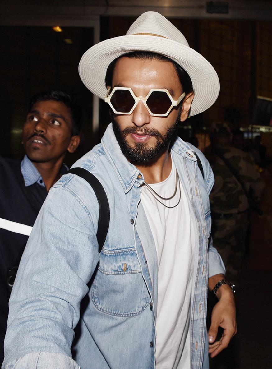 Ranveer Singh snapped at Mumbai airport on December 28, 2017. (Image: Yogen Shah)