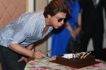 Shah Rukh Khan's Birthday: SRK Celebrating With Media & Fans