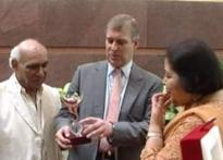 <a href='http://www.ibnlive.com/slideshow/view_slide_show.php?num=0&amp;id=192'>In Pics: B'wood's date with Duke of York</a>