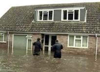 UK: Thousands evacuated as Thames bursts its banks