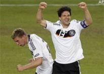 Euro 2008 finale: Ballack injury sparks German fear</a> | <a href='http://www.ibnlive.com/news/euro-2008-germany-under-no-pressure-says-coach/67931-5.html'>No worries: coach</a>