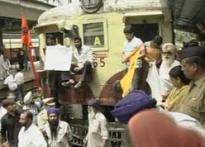 Sikhs call off protests | <a href='http://www.ibnlive.com/news/cops-lathicharge-to-disperse-sikh-protestors/67525-3.html'>Cops lathicharge Sikhs</a>