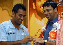 Dhoni rings in cheer, felicitates Viswanathan Anand