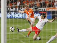 Kuyt brace helps Holland defeat Macedonia