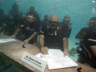 Maldives govt meets underwater to highlight plight