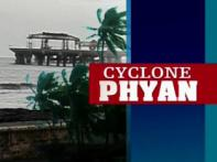 Cyclone crosses India's west coast, weakens