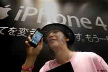 Sleep-deprived Apple fans brave rain for iPhone 4