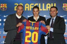 Midfielder Afellay completes Barca move