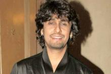 Cops save Sonu Niigam from a female fan